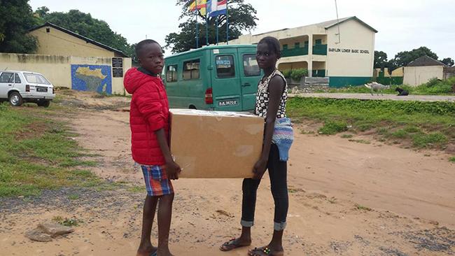 Los niños del Colegio Canarias Lamin de Gambia ya han recibido el material escolar recaudado en Eurocanarias Oftalmológica