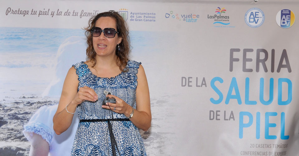 La Dra. Anel de Luca ofrece una conferencia en la Feria de la Salud en la Piel