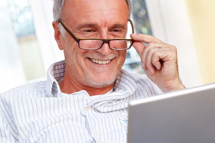 68acb967ff Al llegar los 40-45 años la mayoría de las personas comienzan a sentir  problemas para ver correctamente de cerca, notando visión borrosa o fatiga  ocular.